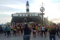 Pôr do Sol Ravenna, em Salvador, reuniu mais de 100 pessoas para dançar no Farol da Barra